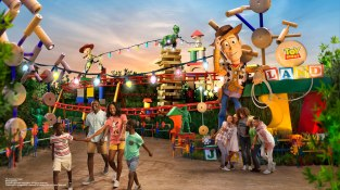 toy-story-land-entrance-woody